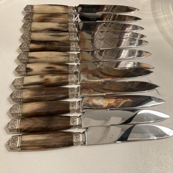 12 couteaux table et 12 couteaux fromage, manche en corne claire