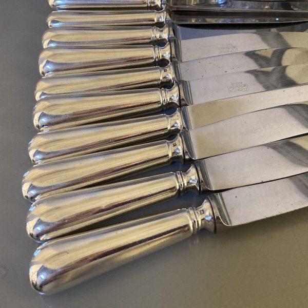 12 couteaux de table en métal argenté, modèle BAGUETTE