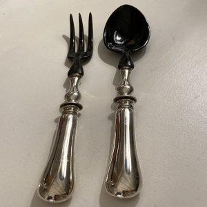 Couverts à salade manche en métal argenté cuillerons en corne noire