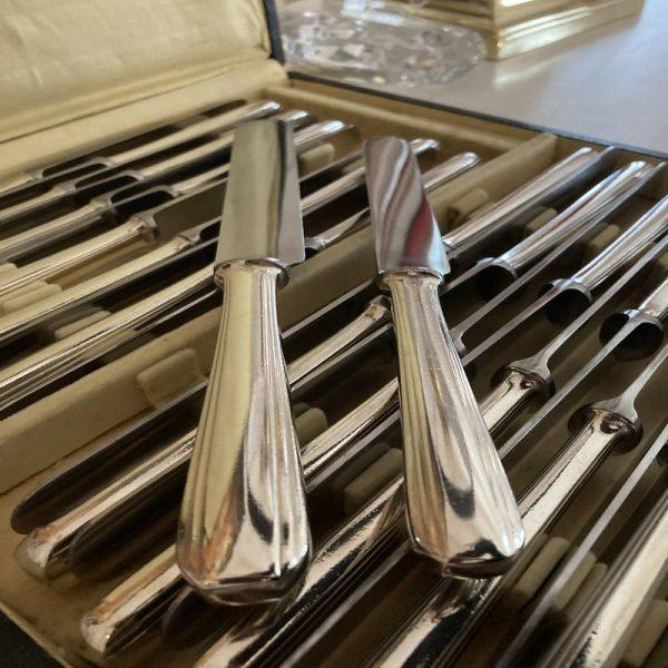24 Couteaux de table & fromage, en métal argenté, modèle BOREAL