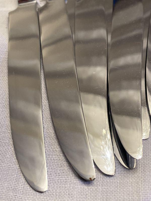 12 Couteaux de table, manche en CORNE claire